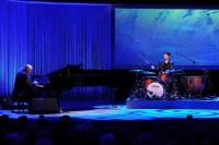 Wolfgang Dauner und Sohn Florian Dauner bei einem Konzert auf der Bühne.